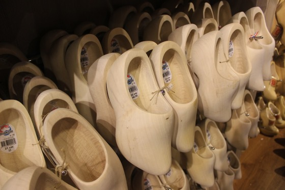wooden-shoes-812096_1280